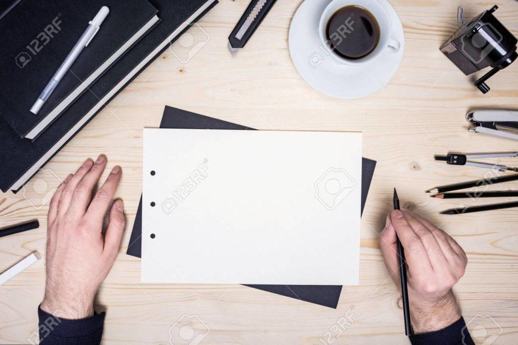 Mains posées sur un bureau
